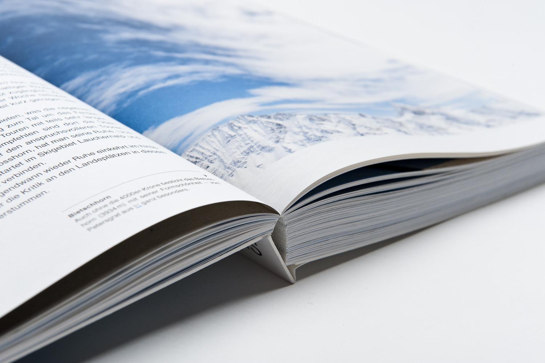 das Buch liegt flach auf dem Tisch und ist so ideal für die Tourenplanung
