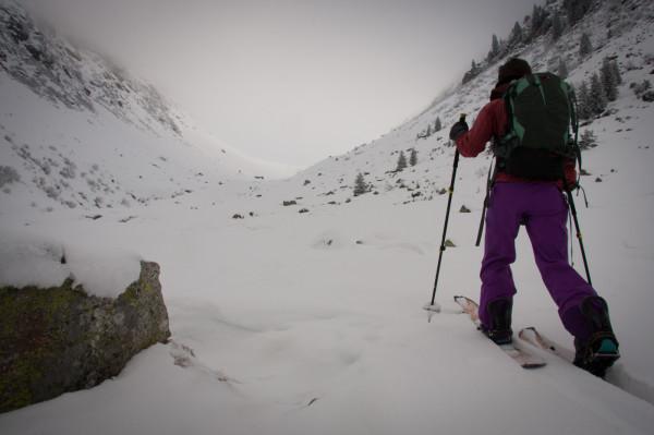 Nebliger Start mit wenig Schnee im Val Mila