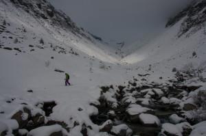 Wenig Schnee im Val Strem, und der Bach ist noch lange nicht zu.